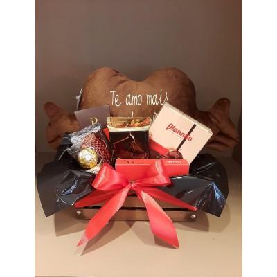 Cestinho com almofada de Pelúcia, Fondue de chocolate, barra chocolate, drágeas crocantes de chocolate, Barra de chocolate