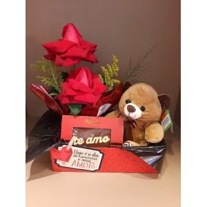 Cestinho com arranjo de 2 rosas, ursinho e placa chocolate Eu te Amo