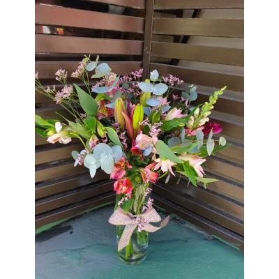 Arranjo astroemerias, eucaliptos e boca de Leão (Arranjo somente para assinatura quinzenal ou mensal de flores)